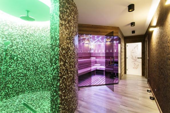 Sauna asprcha umožňují využít magické kouzlo barevného světla vrůzných odstínech. Má nejen působivé emocionální účinky, ale iprokazatelný terapeutický efekt.