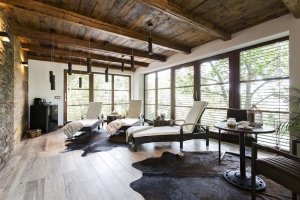 Charakter odpočívárny udává dřevěný strop zprken atrámů zrozebraného starého mlýna. Staré trámy posloužily ijako zárubně dveří. Historické smrkové aolšové dřevo hezky ladí spáskovým kamenným obkladem Wallstone. Francouzská okna dozahrady umocňují účinky relaxace.