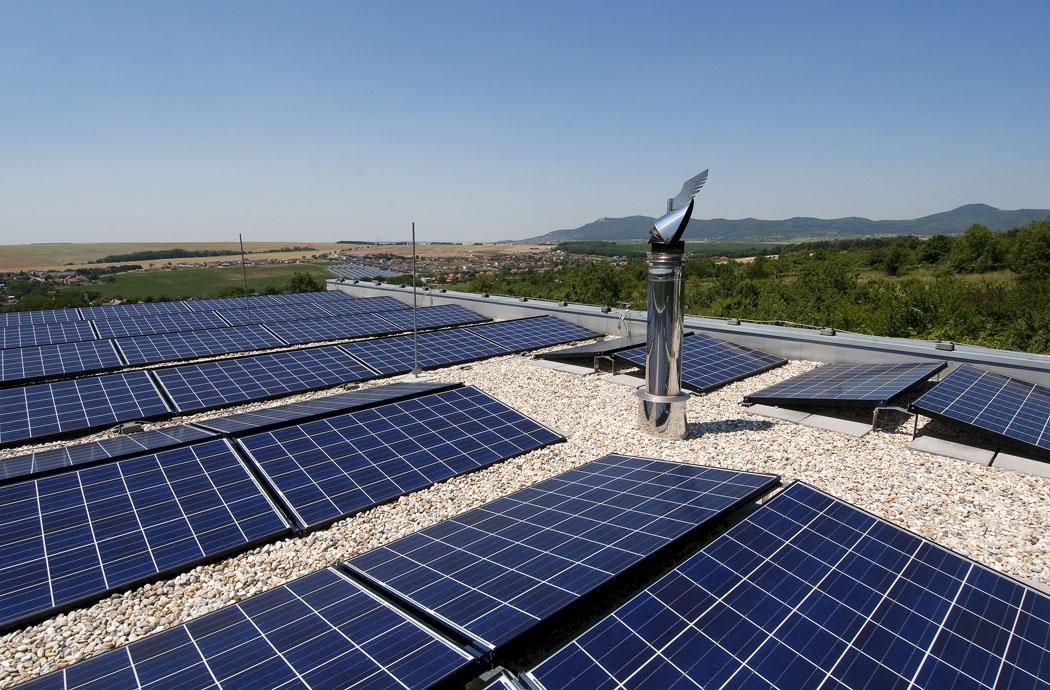 Počet, rozměry, umístění asklon fotovoltaických panelů jsou navrženy namíru nazákladě náročných výpočtů. Vzimě je nutné zpanelů odstraňovat sníh.