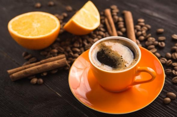 Káva, čaj, kakao a coca-cola nás již dlouho provázejí životem, a proto se zdají všední a obyčejné. Ve shonu běžného dne není čas uvažovat, které podivuhodné rostliny nám poskytují nápoje, se kterými snídáme, svačíme, obědváme nebo večeříme. Některé se také pěstují i jako pokojové keříky.