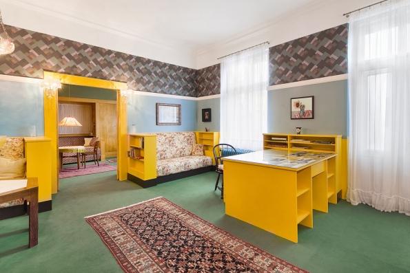 Interiéry Brummelova domu byly postupně vybaveny vevětšině případů originálním nábytkem avybavením.