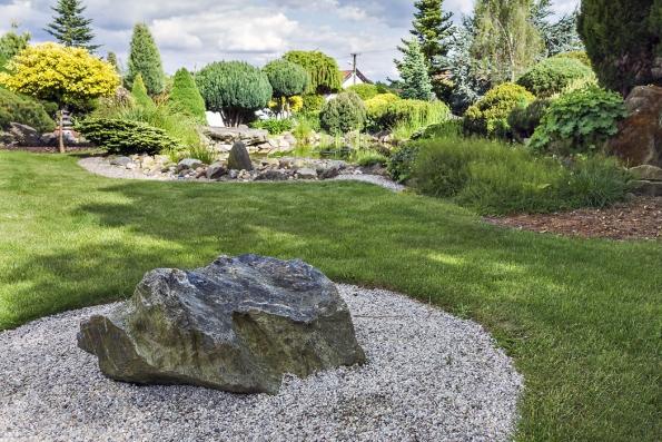 Pěkně tvarovaný buližníkový kámen skomůrkami nalezený vokolí Dolan uKladna byl použit jako solitér.