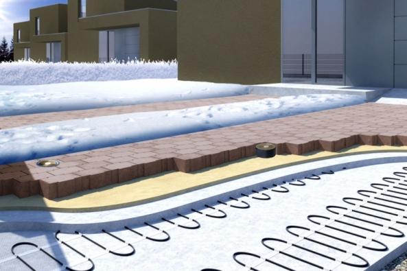 """Ukázka skladby vrstev """"zatepleného"""" chodníku se zámkovou dlažbou a topnými kabely na štěrkovém podkladu (FENIX)"""