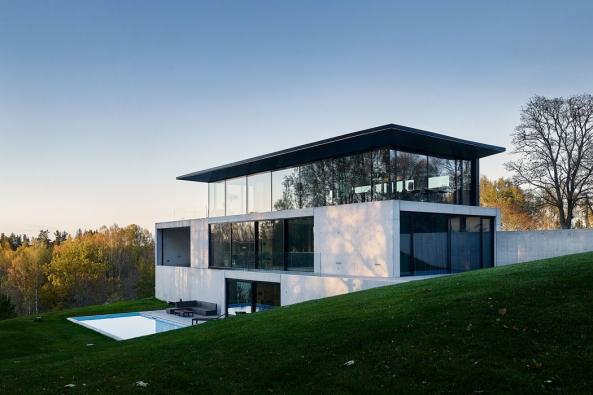 S využitím vysoce tepelně izolovaných systémů pro posuvné dveře, fasádu, okna a vchodové dveře značky Schüco dům minimalizuje tepelné ztráty a splňuje nízkoenergetické principy.
