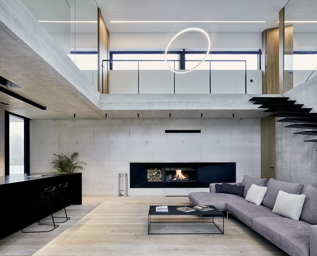 Otevřené prostory: Schody z obýváku a jídelny v přízemí vedou do klidové zóny (kanceláře a prostorné ložnice s terasou) v prvním patře.