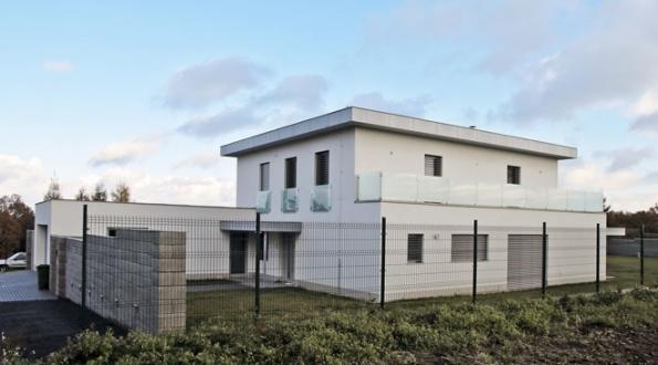 Jedna zrealizací ndividuálního projektu odfirmy DK1. Ta se specializuje především navýstavbu rodinných domů naseverní Moravě anejen vkraji je známá vysokou kvalitou díla.
