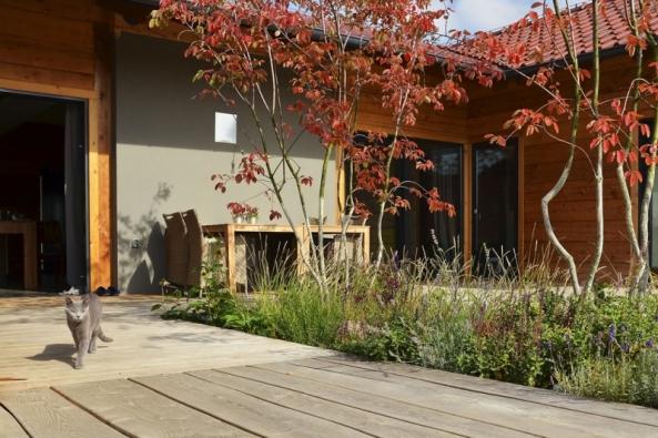 Vzahradní architektuře ivsamotném zahrádkaření se odehrávají velké změny. Rodinné zahrady se mění naprivátní relaxační zóny, hlavními kritérii jsou krása aužitek. Své místo zde mají iekologické aspekty, samozásobitelství, zdravý životní styl či rodinné farmaření.