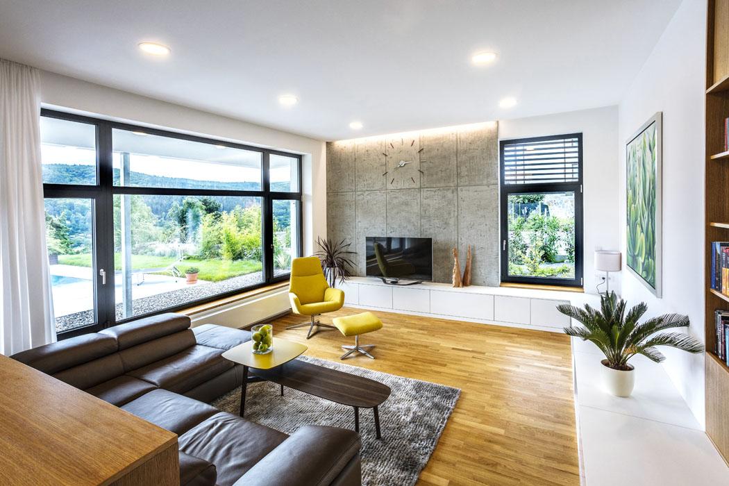 Design interiéru navrhl rovněž architekt Jeřábek apodle zadání měl být co nejméně invazivní doprostoru, investor preferoval využití nik avýklenků. Nejvíce se zde setkáte skombinací dřeva astěrky. Povrch nábytku je potažen dřevenými dýhami, podlahy jsou zmasivu.