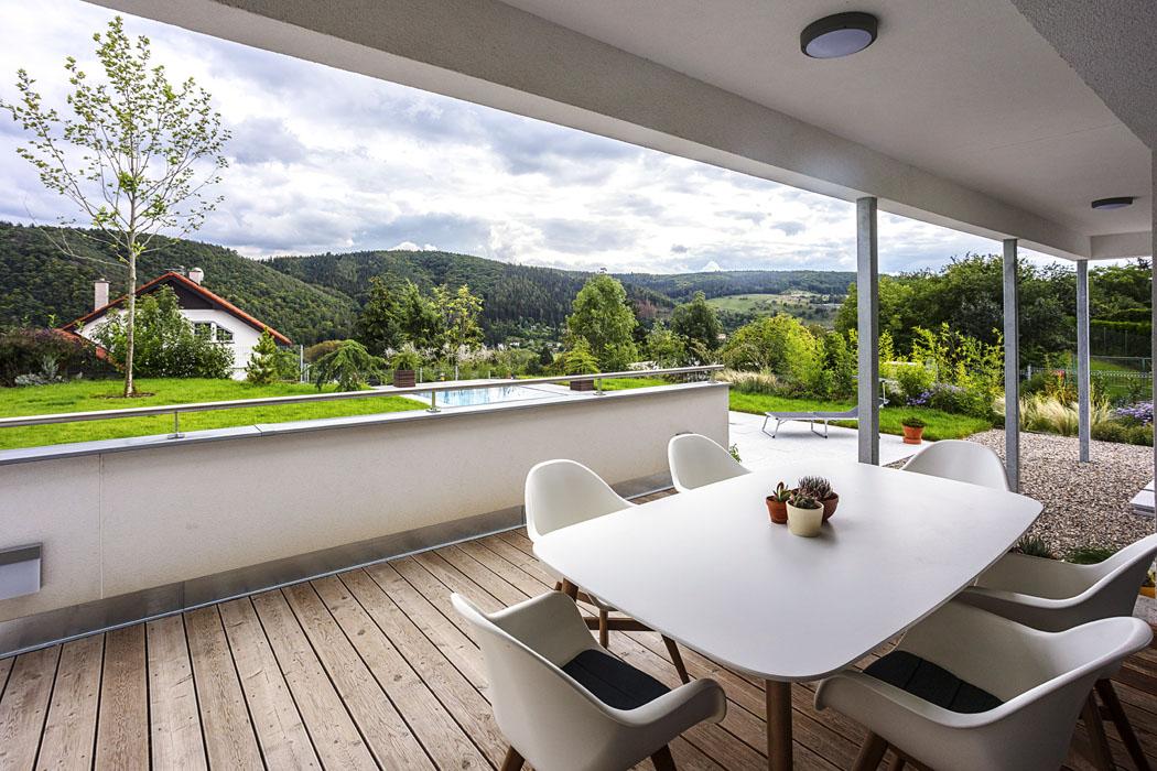 Výhodou hlavní terasy je, že se dá zvenkovního bazénu vyběhnout zvláštním venkovním schodištěm přímo dokoupelny apřevlékárny anení třeba procházet domem.