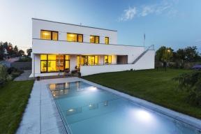 """Vexteriéru si nelze nevšimnout designově čistého bazénu spřepadem. """"Nechtěli jsme jedovatě modrý bazén sobloukovým zastřešením, to bychom raději byli bez bazénu,"""" vysvětlil nám pán domu."""