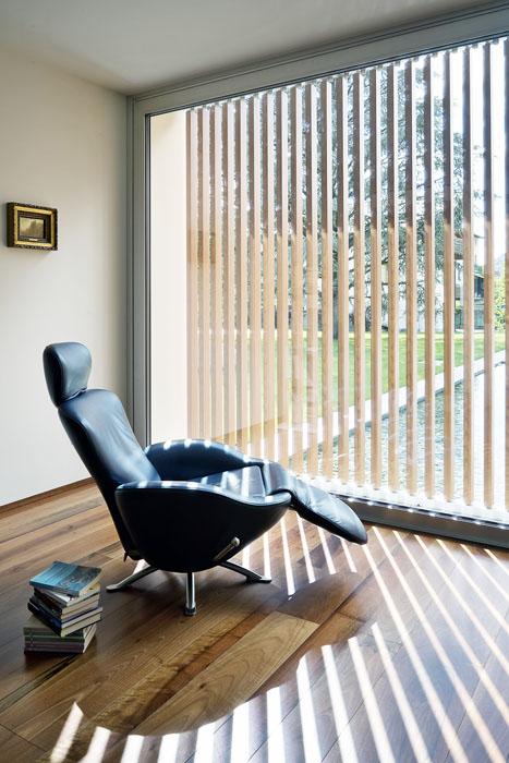 Obytné místnosti mají krásné podlahy zolejovaného ořechu. Vestřízlivě zařízeném interiéru se opůsobivé efekty postará slunce.