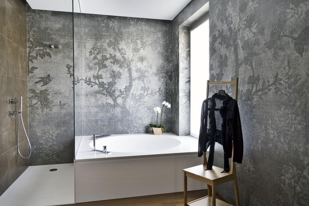 Koupelny zdobí stříbrošedé stěrky snádhernými přírodními dekory odfirmy Wall Deco.