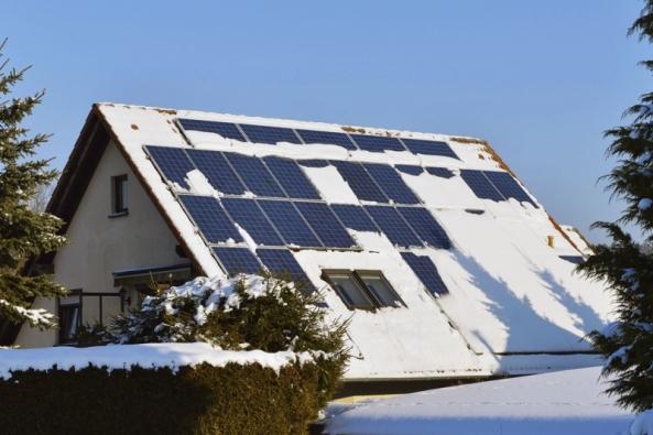 Střecha se sněhovou pokrývkou. Bílé nadělení sice najedné straně působí jako dobrý izolant domovní obálky, nastraně druhé však podcenění údržby snižuje výkon instalovaných zařízení.