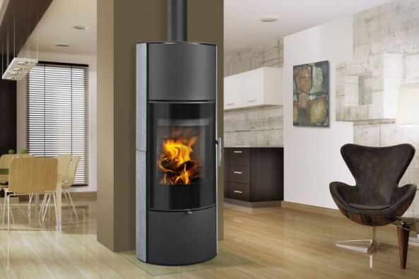 Akumulační krbová kamna Romotop Laredo 02 soválnou základnou adlouhodobou schopností sálat dodatečné teplo, vhodná pro nízkoenergetické domy (ROMOTOP)