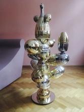 Autorská svítidla – lustry, stojací inástěnné lampy Patrick Rampelotto navrhuje avyrábí ztrofejí. Při zběžném pohledu nasošné kreace nejrůznějších tvarů by jen málokoho napadlo, že jde okompozici vytvořenou zlyžařských či jiných soutěžních pohárů.