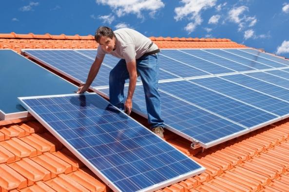 Kmoderním způsobům vytápění rodinných domů náleží také alternativní zdroje energie zokolního prostředí – slunce, biomasa, ale ivoda, země avzduch.