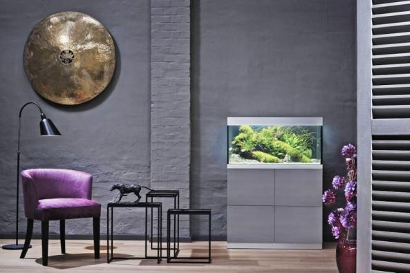 Interiérový design vhodně dotváří iakvarijní set OASE smoderní skříňkou. Volitelná je barva, doplňky itechnologie; akvárium je vhodné pro začátečníky iprofesionály