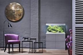 Interiérový design vhodně dotváří iakvarijní set OASE smoderní skříňkou. Volitelná je barva, doplňky itechnologie; akvárium je vhodné pro začátečníky iprofesionály.