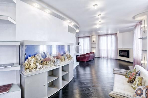 Panoramatické mořské akvárium spřipraveným zázemím pro filtrační systém adalší technologie nabízí skvělý zážitek pro celou rodinu aje středem zájmu každé návštěvy. (Zdroj: Oase Living Water)