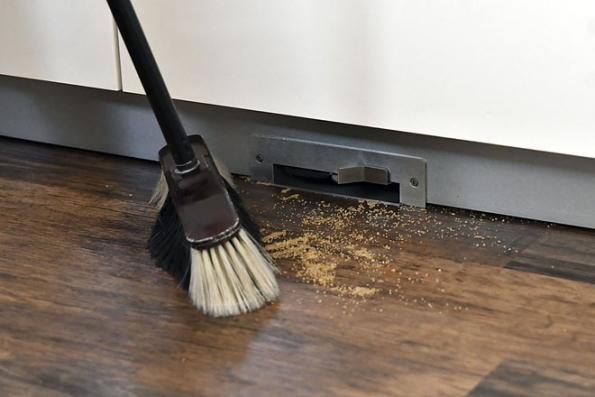 """Oblíbeným příslušenstvím kcentrálnímu vysavači jsou vysávací štěrbiny, vtomto případě vsoklu kuchyňské linky. Nečistoty nametete keštěrbině, dotknete se smetákem """"spouště"""" aje čisto."""