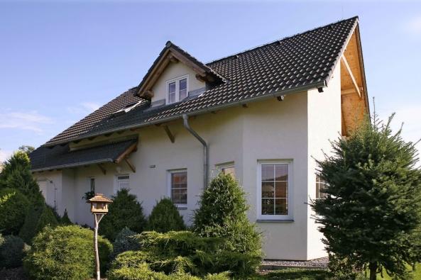Rodina pana Jaroslava bydlela vbytovce se čtyřmi byty. Když se začalo jednat ojejich prodeji doosobního vlastnictví, nastaly mezi nájemníky neshody, které urychlily rozhodnutí bydlet vevlastním domě se zahradou. Pojďme zanimi nanávštěvu.