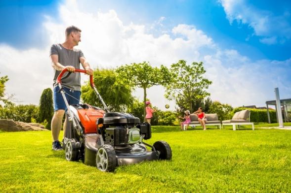 O skvělém vzhledu trávníku rozhoduje jeho kvalitní a pravidelné sečení. Třeba některou ze samochodných benzinových sekaček Oleo-Mac. (Foto: Mountfield)