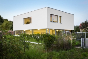 Otvíravá okna mají sítě proti hmyzu, stejně tak posuvně-zdvižné dveře byly osazeny stahovací sítí. Výrobu ainstalaci otvorových výplní provedla jihlavská firma Dafe-Plast. Učásti výplní realizační firma použila vlastní systém Dafe Purex, který představuje předsazenou montáž před nosnou konstrukci obvodového pláště budovy, osazenou doroviny venkovní tepelné izolace.