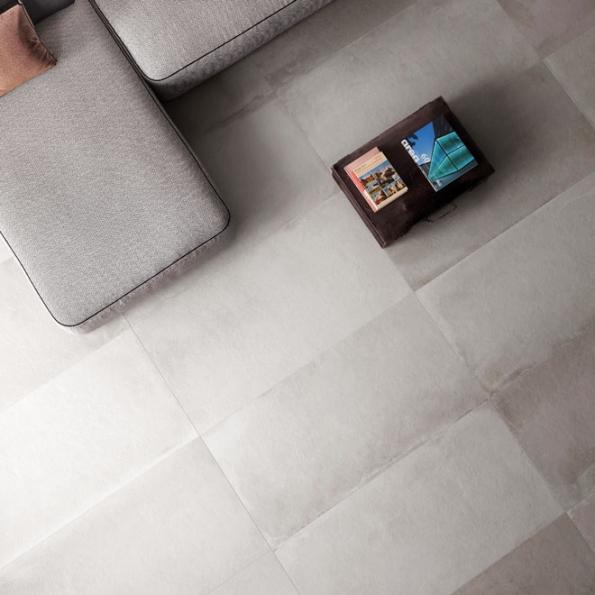 Skoro každý výrobce keramických dlažeb dnes nabízí kolekci budící dojem betonu, sjeho typickým nestejnorodým zbarvením amatným nerovným povrchem. Většinou nesou název Cemento, Graphit, Living cement, Industrial apodobně. Pokládají se sminimální spárou, aby vznikl dojem jednolité plochy.