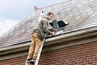 Zima je pro každou střechu zatěžkávací zkouškou, která se může podepsat najejím stavu. Proto jakmile se oteplí atakzvaně oschnou meze, střechu důkladně zkontrolujte.