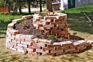 Icihly zbouračky se dají využít. Využití najdou jako okraje záhonů, dlažba zahradních cest nebo základ pro bylinkovou spirálu. Originálním prvkem je zídka osázená sukulenty askalničkami.
