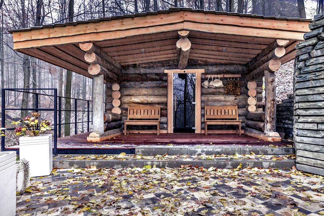 """Dřevěná """"baňa"""" byla postavena zpravé severské borovice, je vprovozu naobjednávku amá kapacitu 10 osob. Kochlazení slouží whirlpool umístěný doslova vlese pod korunami stromů. Pokud při koupeli zahlédnete srnku nebo veverku, není to jen sen... (1)"""