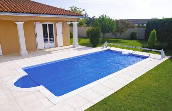Měkká ochranná bazénová plachta se postará oto, aby voda v noci zbytečně nevychladla. Zároveň minimalizuje znečištění bazénové vody hmyzem či listy (DESJOYAUX)
