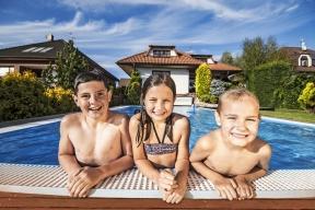 """Také se už těšíte naprvní letošní koupání vevašem bazénu? Poradíme vám, jak jej """"probudit"""" pro novou sezonu."""