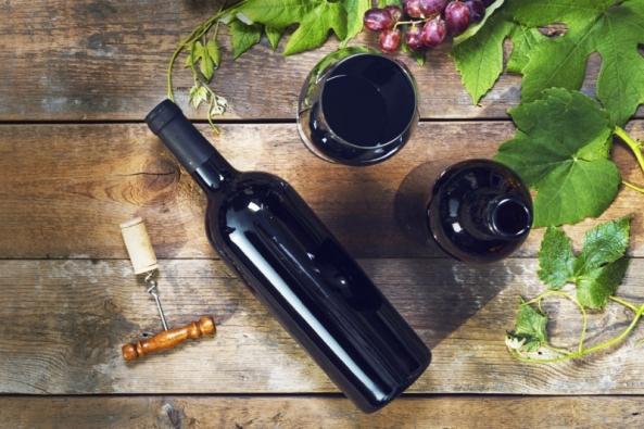 Mnoho lidí po vzoru slavných propadlo amatérskému sommeliérství. Důvodem ke sklence vína tak už není jen potřeba zvednout si náladu. Víno se degustuje, o vínu se hovoří a čte, za vínem se i cestuje… Rozumět vínu a mít doma v zásobě pár lahví z vyhlášeného vinařství je zkrátka moderní.