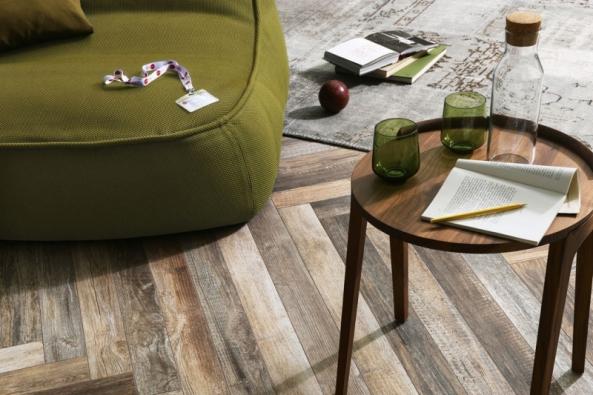 """Keramická dlažba Fineza Timber Design dokonale napodobí dřevěnou podlahu včetně mírného opotřebení. Délka """"lamely"""" je 120cm, šířky 10, 20 a 30 cm, lze ji pokládat různým způsobem. Na fotografii je design Stone Wash. Více na www.siko.cz"""