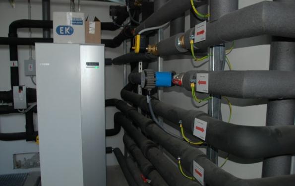 Celý komplex je zónově vytápěný a chlazený prostřednictvím systému, jehož součástí je tepelné čerpadlo systému země-voda NIBE F1345 o výkonu 40 kW, tři retenční nádrže s plošnými kolektory a soustava čtyř hlubinných jímacích vrtů. (Zdroj: DZ Dražice)