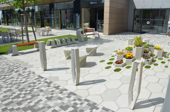 Systém H-E-X je určen nejen na veřejná prostranství, ale i na zpevněné plochy v okolí rodinných domů, jejichž majitelé se nebojí být originální a uvítají propojení betonu s přírodou. (Zdroj: PRESBETON)