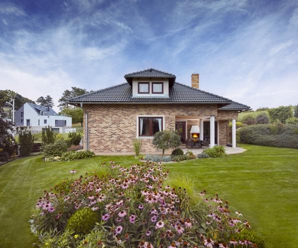 Rodině se líbí, že dům vypadá dobře ze všech stran azkaždé místnosti je hezký výhled do zahrady. Velkorysá krytá terasa je knezaplacení.