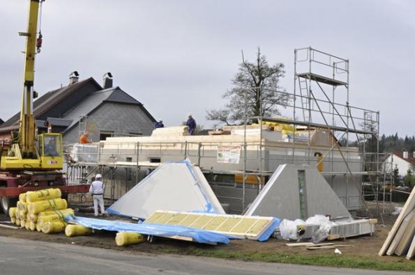 Stavebnice rodinného domu LARGO 85. Velkou výhodou tohoto projektu je prostorné přízemí smožností využití půdního prostoru adokončením užitného podkroví (RD Rýmařov)