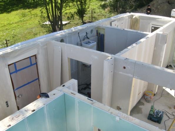 Skladba stěn akvalita zateplení zásadně ovlivní energetickou náročnost domu. Konstrukce stěny pasivní dřevostavby ELK je silná 39,8cm, ztloušťkou izolace 36cm. U= 0,10 W/m2K (ELK)