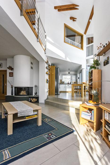 Hala je částečně otevřena přes dvě podlaží, což obyvatelům poskytuje příjemný pocit volného prostoru. Díky výrazně proskleným stěnám je prostor plný přirozeného světla.