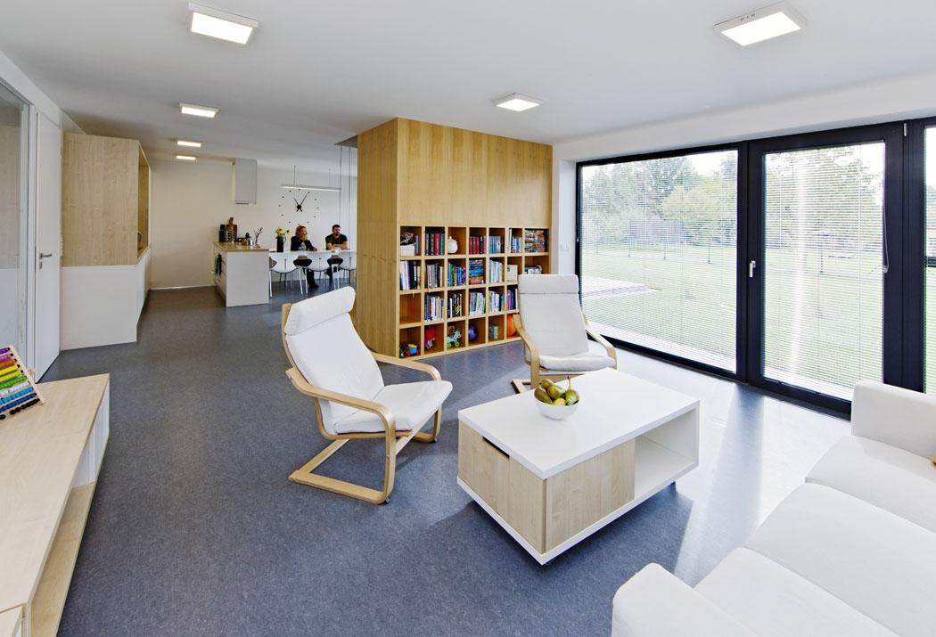 Dispozice je přehledně rozdělena naobslužnou část naseverní straně (zádveří, tech. místnost, koupelna) aspolečný obývací prostor svelkou prosklenou stěnou orientovanou najih.