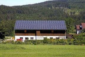 Motivy pro pořízení domácí fotovoltaické elektrárny jsou různé. Někdo chce ušetřit, jiný chce být nezávislý na dodavatelské síti, další to pojímá jako investici nebo ho nové technologie zkrátka baví.