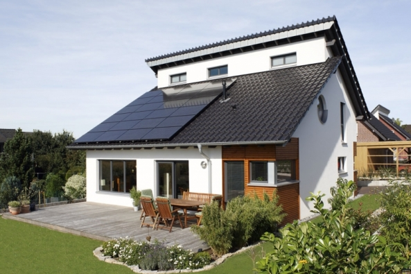 Fotovoltaická sestava Vitovolt 300 poskytuje všechny potřebné vzájemně sladěné komponenty (fotovoltaické moduly, montážní systém, fotovoltaické měniče napětí, regulační prvky), to vše s10 letou zárukou (VIESMANN)