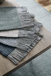 Designérka Jutta Werner na veletrhu představila inovativní materiál. Kombinace vlny a vláken recyklovaných z celofánových bonbonových obalů dodává kobercům metalický lesk a zcela specifický vzhled (Studio Nomad)