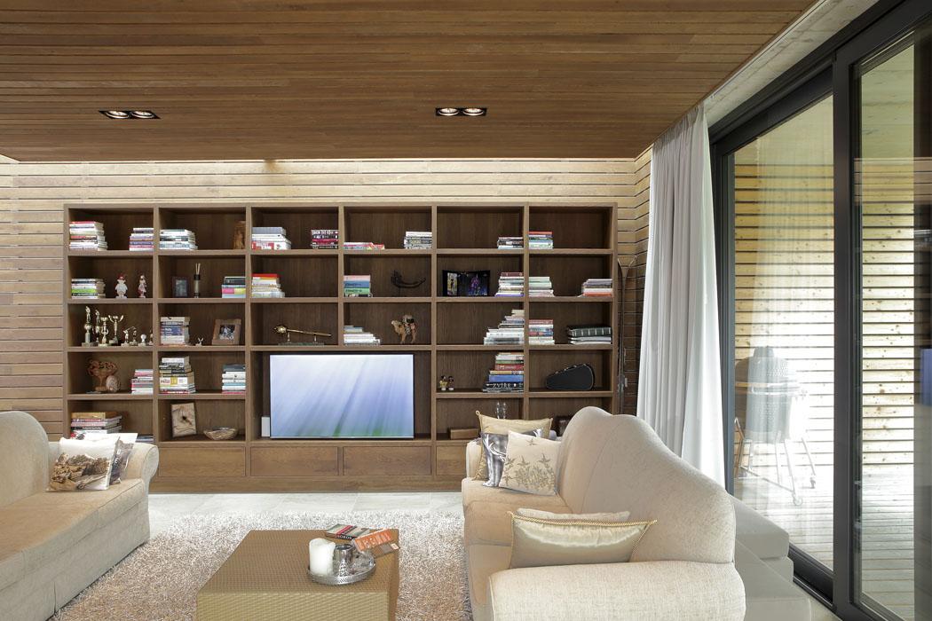 Obývací pokoj se pyšní velkou, nazakázku vyrobenou knihovnou, což je vdnešních moderních domech už skoro vzácnost.