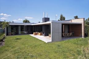 Obytné prostory jsou plně orientovány dozahrady. Celý vnitřní obvod domu je lemován stíněnou terasou, kde lze stolovat, posedět ukrbu nebo jen tak relaxovat.