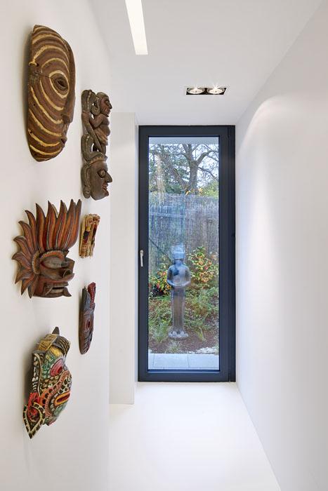 Interiér a bydlení v domě bylo citlivě navrženo tak, že vzpomínky z cest v podobě artefaktů a uměleckých sběratelských kousků fungují jako doplňky k modernímu vzdušnému domu propojenému s přírodou venku. Artefakty tak dotváří pocit jedinečnosti a originálu. Dům pak působí jako obraz nebo báseň.