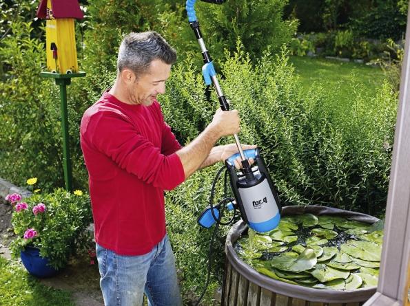 8. Čerpadlo do sudu: Čerpadlo do sudu FOR-Q FQ-RP 3.400 využijete na každé zahradě k úspornému zalévání dešťovou vodou ze sudu nebo jiné vhodné nádoby. Výhodou je flexibilní trubka s kohoutkem a teleskopický nástavec. Dosahuje výkonu 320 W, maximální dopravované množství vody je 3 400 l/h, maximální dopravovaná výška vody 10 m. Výrobce: for_q, cena: 2 190Kč, www.hornbach.cz