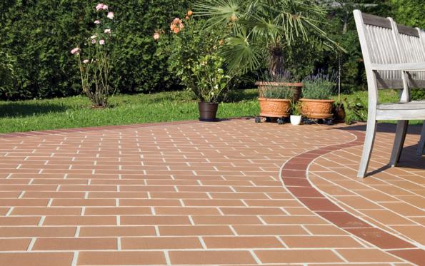 Zahradní keramická dlažba Antique je vhodná jak pro pochozí, tak pro pojezdové plochy. Pro dokonalý výsledek je však třeba provést kvalitní pokládku, kterou by měli zajistit profesionálové (WIENERBERGER)